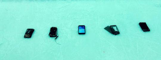 Her er de fem telefonene fra testen. Den i midten overlevde – imponerende nok!