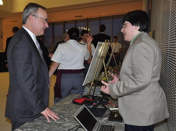 Thomas Sohmers i samtale med Jack Obusek, teknisk direktør for U.S. Army Natick Soldier Research under en designkonkurranse i 2013. Sohmers var da tilknyttet MIT Labs hvor han blant annet bidro til utviklingen av et laserbasert og kryptert kommunikasjonssystem kalt Apollo.