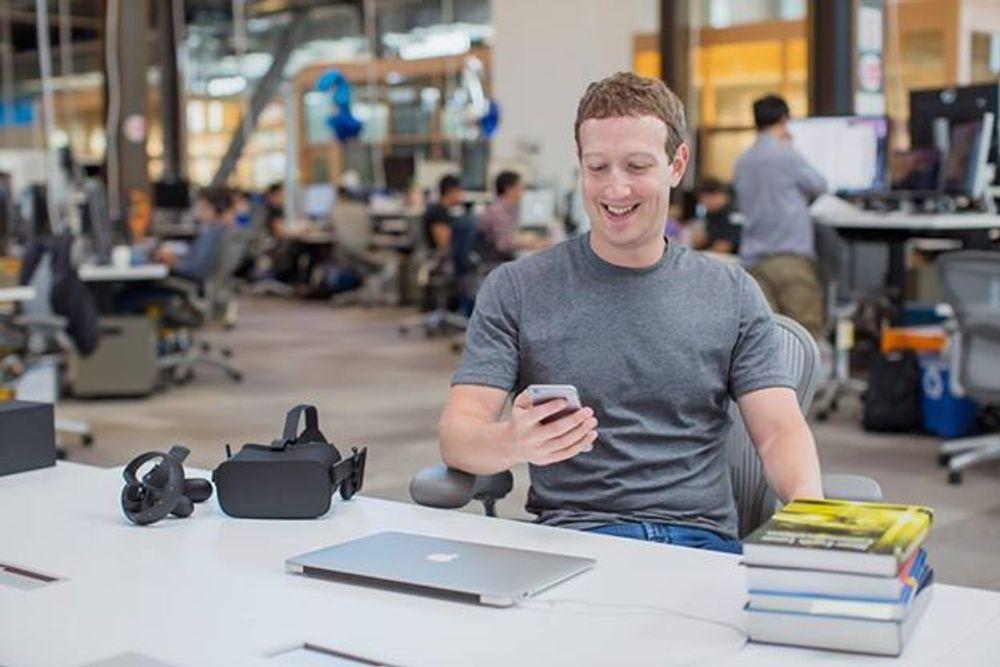 Annonser på mobil står for mer enn tre fjerdedeler av inntektene til Facebook. Toppsjef Mark Zuckerberg (bildet) har også satset mye på video, og tror virtual reality kan bli det neste store. De øker i hvert fall forskningen på området kraftig.