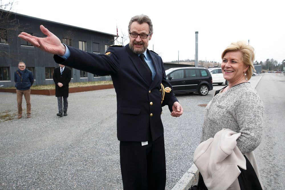 Tolldirektør Bjørn Røse og finansminister Siv Jensen under et besøk i fjor ved grenstasjonen på Svinesund.