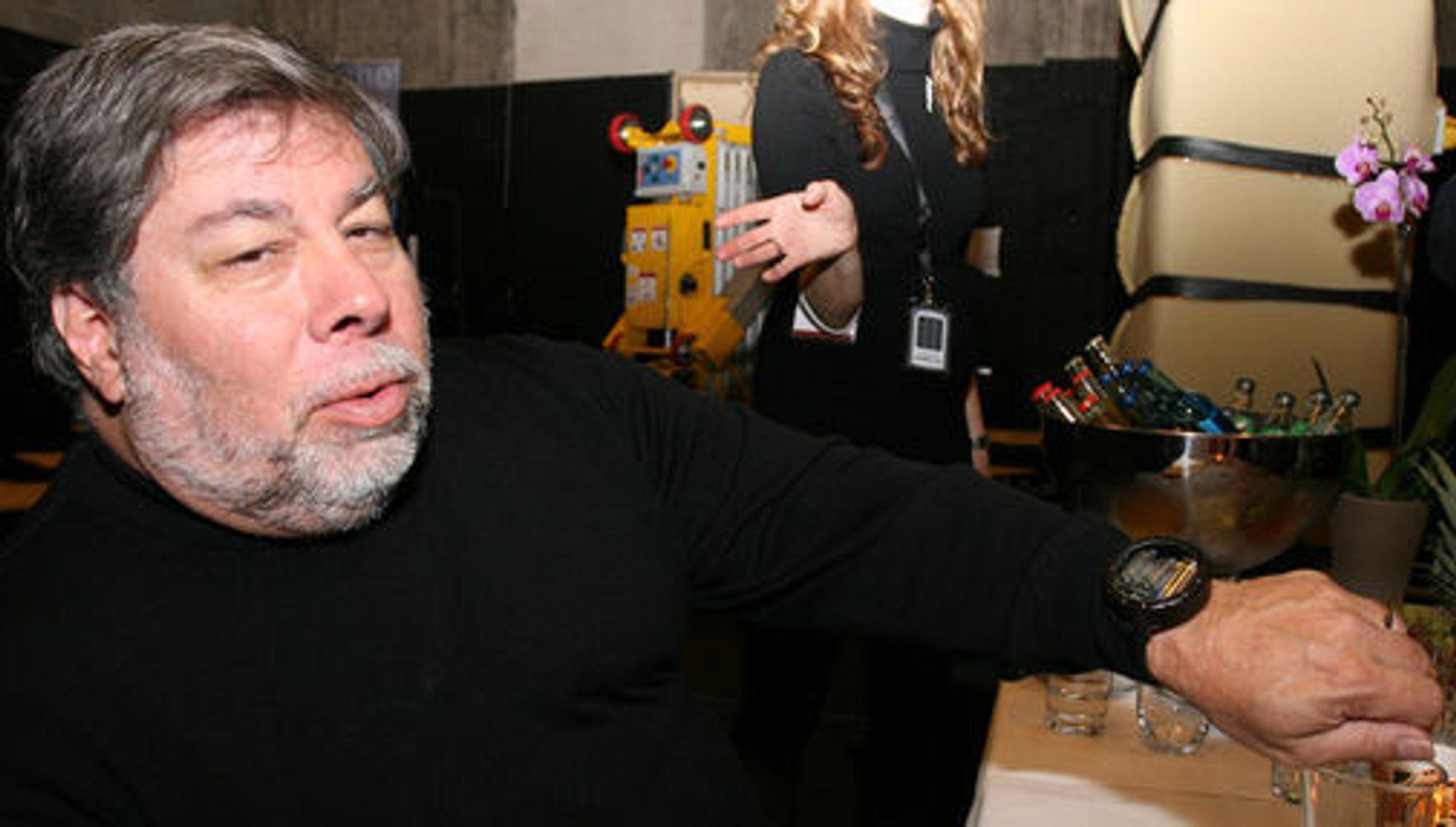 Wozniak er kjent for å elske duppeditter, og viser stolt frem klokken sin, en Nixie med neon-rør. I lommene har han to stykk iPhone, så han både kan prate og leke seg med apps samtidig.