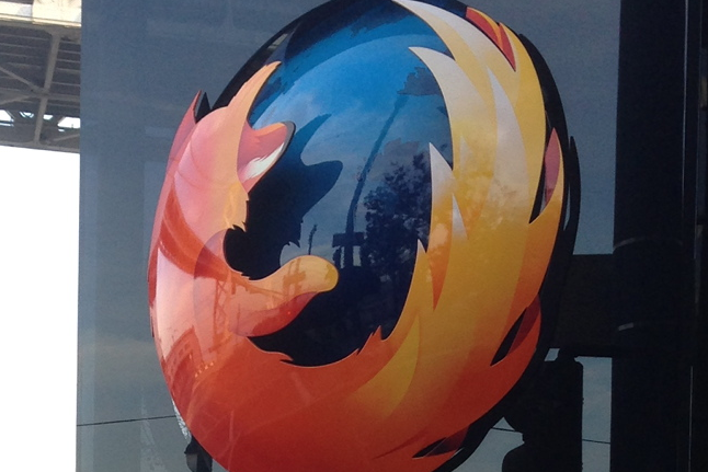 Firefox-monumentet i San Francisco, hvor det nederst står «Doing good is part of our code». Det er ikke sikkert at alle synes at Mozilla etterlever dette med gårsdagens Firefox 38-lansering.