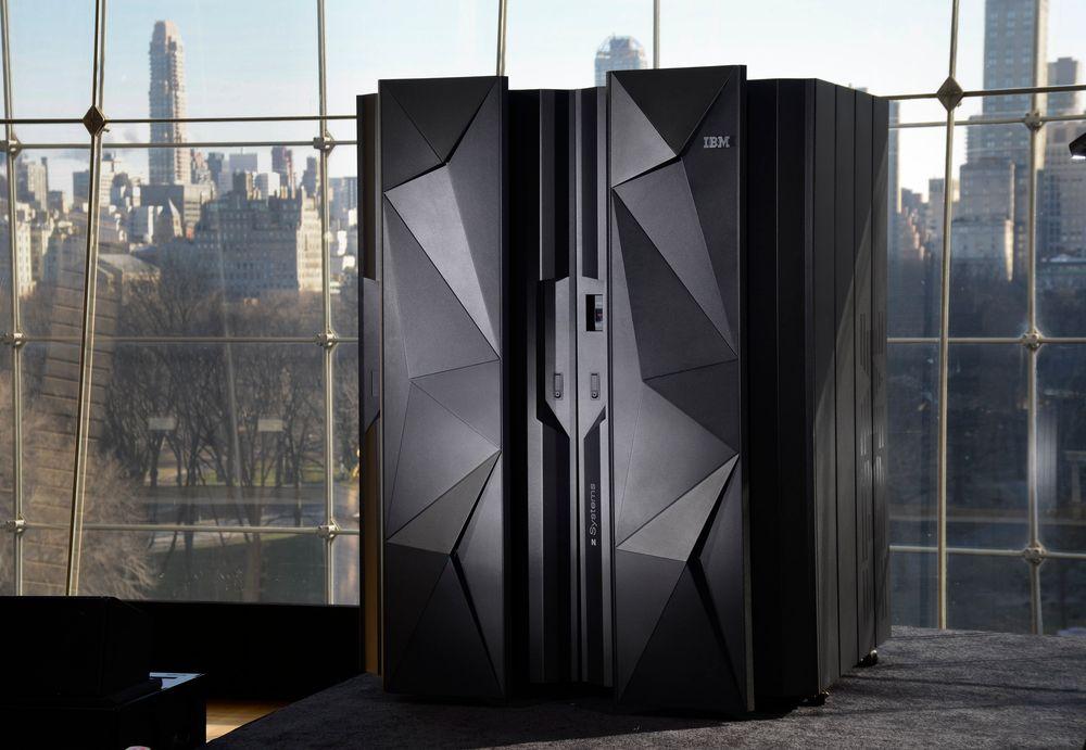 IBMs inntekter fortsetter å falle i samtlige forretningsenheter. Her er selskapets nyeste stormaskin z13 avbildet.