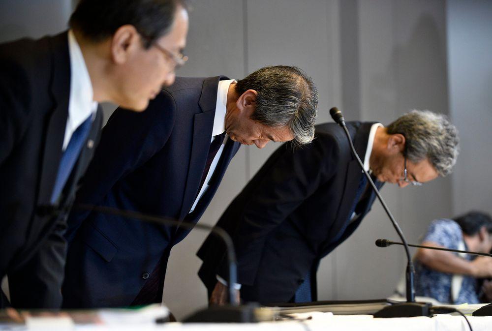 Toppsjef Hisao Tanaka (midten) varslet i juli sin avgang etter regnskapsskandalen i Toshiba. Her bøyer han hodet i en ydmykende seanse der både han, styreformann (til v.) Masashi Muromachi og visepresident (til h.) Keizo Maeda sa unnskyld.