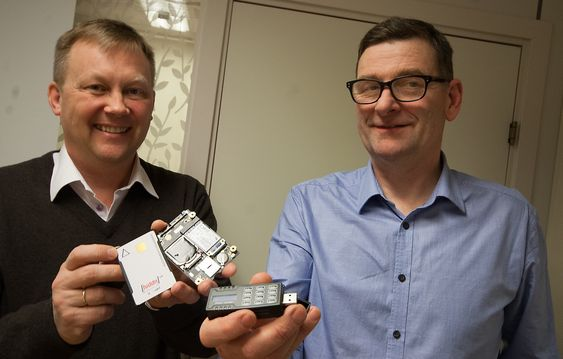 Smartkort, kryptert SSD og minnepinnen. Fra v. teknologidirektør Atle Haga og adm.dir Gudmundur Einarsson i High Density Devices AS.