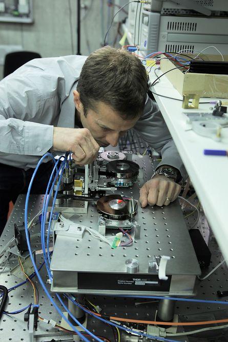 IBM-forskeren Mark Lantz med den nye magnetbåndteknologien.