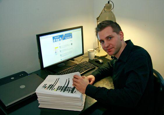 Max Schrems med en utskrift av informasjonen Facebook hadde om ham.