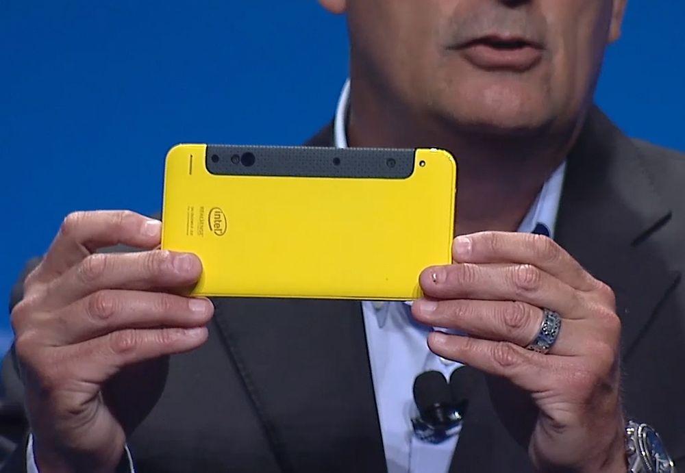 Brian Krzanich holder fram en mobil med RealSense-kamera.
