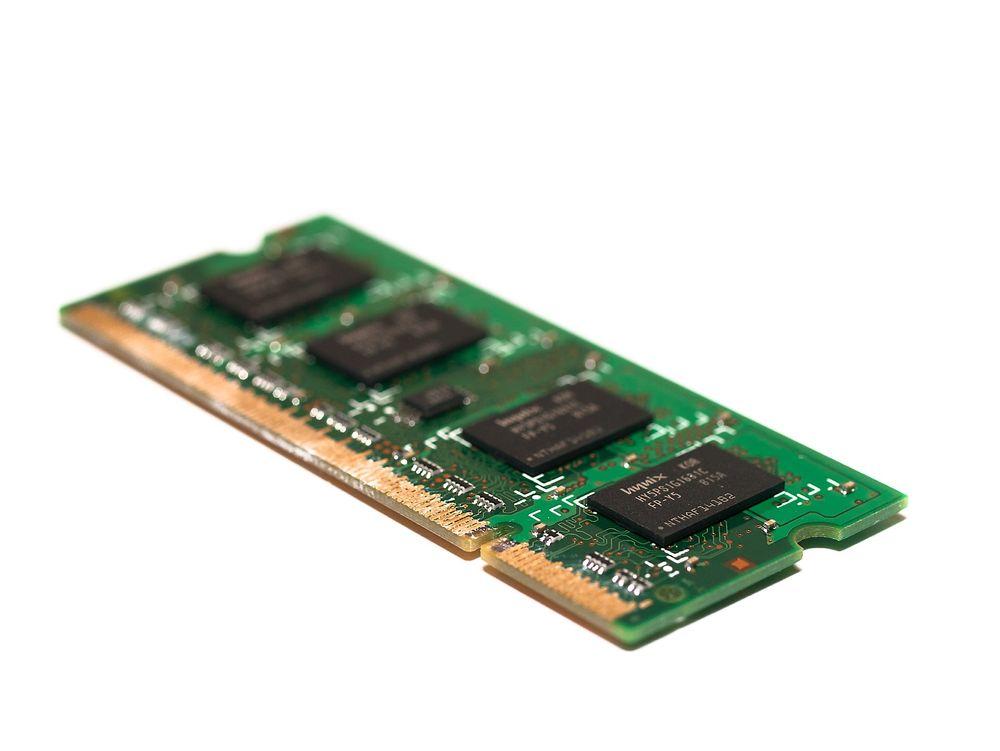 Moderne DRAM lagrer dataene i ørsmå kondensatorer som kan bli påvirket av ytre forstyrrelser, slik som kosmisk stråling. Men også hyppig aksessering av minnerader kan påvirke dataene som er lagret i andre, nærliggende minnerader. Dette kan utnyttes av angripere, i alle fall til å oppnå økte privilegier i systemet.