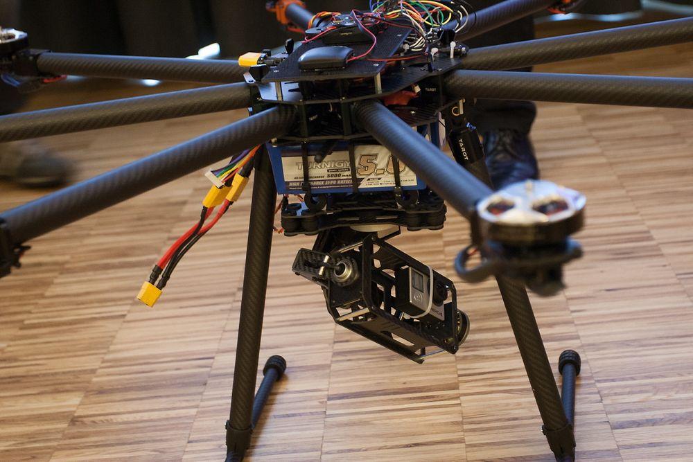 KLAR FOR AVGANG: Denne dronen fra Halden-firmaet eSmart Systems er en prototyp laget for å overvåke norske kraftledninger. Bæreevnen er på 8 kilogram og enheten er utstyrt med en rekke sensorer og HD-kamera.