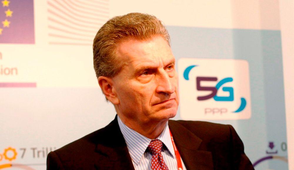 EU-kommisær Günther H. Oetinger ser mot utviklingen av 5G.