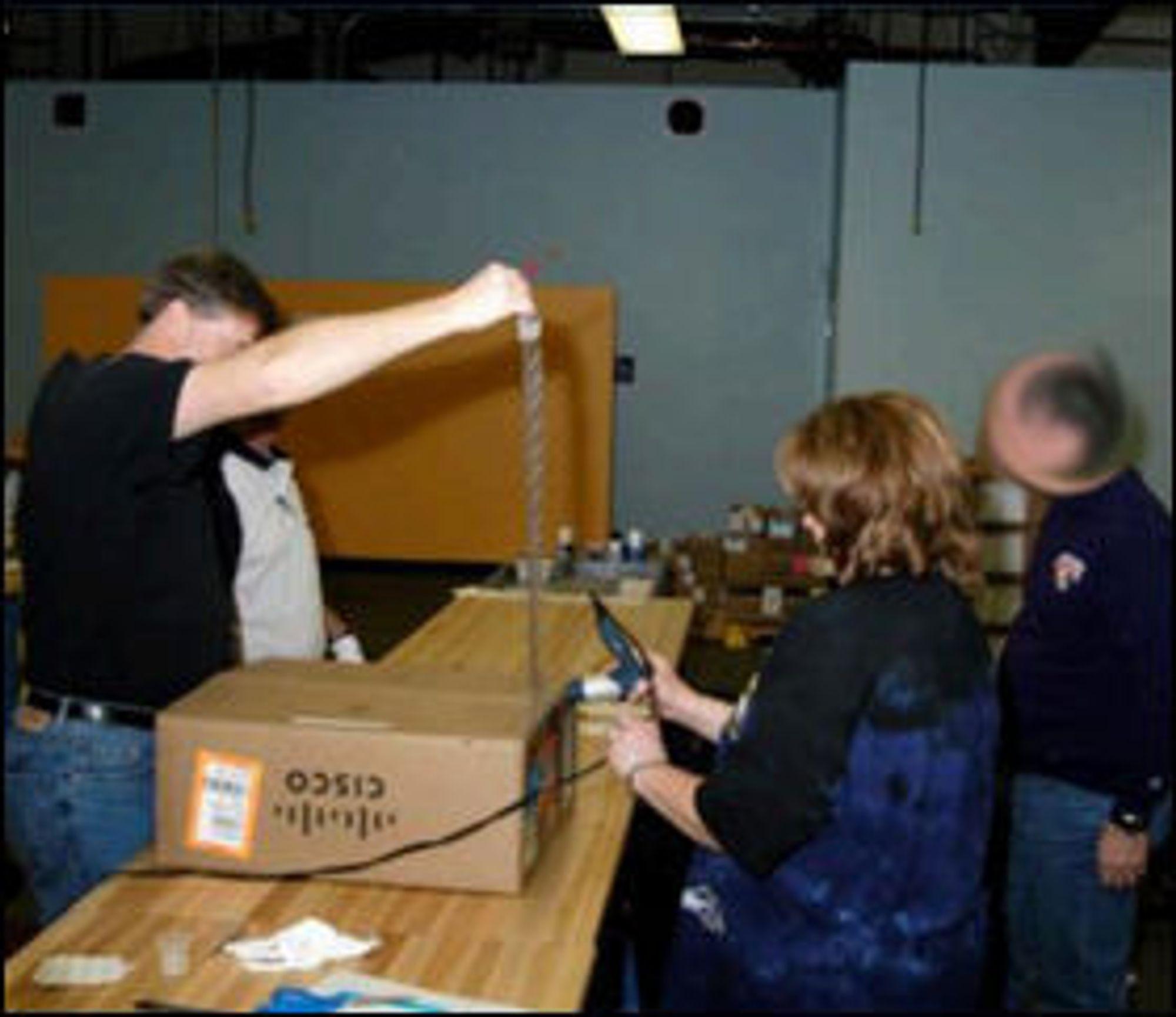 NSAs trollmenn i aksjon: Her åpner de en pakke fra Cisco. Bildet er fra lekkede NSA-dokumenter datert 2010.