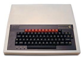 BBC Micro Model A/B, som ble designet og bygget av Acorn Computer. Den ble lansert i 1981.