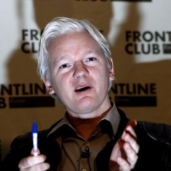 Julian Assange er innvilget politisk asyl i Ecuador, men blir arrestert hvis han forlater landets ambassade i London, der han søkte tilflukt i juni 2012.