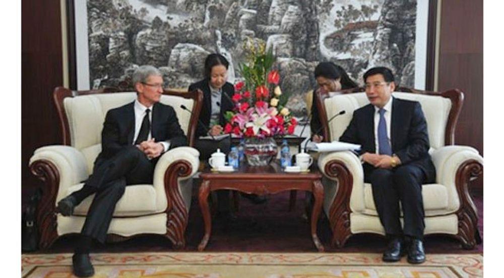 Apple-sjef Tim Cook og statsråd Miao Wei i departementet for industri og informasjonsteknologi, fotografert under samtaler i Beijing i går.