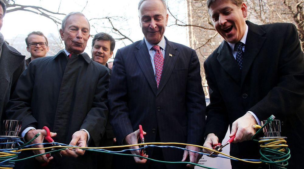 SNIPP SNIPP: Borgermester Michael Bloomberg (fra v.) klipper ethernet-kabler for å symbolisere åpningen av gratis WiFi på nedre Manhattan. Med seg har han delstat-senator Charles Schumer og Googles IT-sjef Ben Fried som for anledningen har det bredeste gliset.