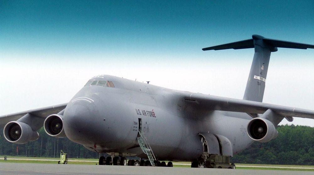Det amerikanske Air Force Command, som driver forsynings- og transporttjeneste for det amerikanske flyvåpenet, vurderer å kjøpe inn opp til 16 000 nettbrett. Årsaken  er at det kan spare mange titalls kilo i vekt.