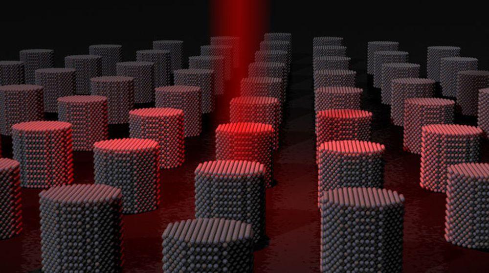 Illustrasjon av det University of York kaller det ultimate, magnetiske lagringsmediet. Dette består av mange individuelle, magnetiske korn i nanometerstørrelse. Disse skal gi en lagringstetthet på 10 petabyte per kvadratmeter. Lagringen skjer ved hjelp av en  svært raskt varmeprosess som åpner for en reverseringstakt på 200 gigabit i sekundet.Ifølge universitetet vil dette gi ti ganger mer lagringsplass og 300 ganger høyere skrivehastighet enn dagens det dagens harddisker  kan levere.