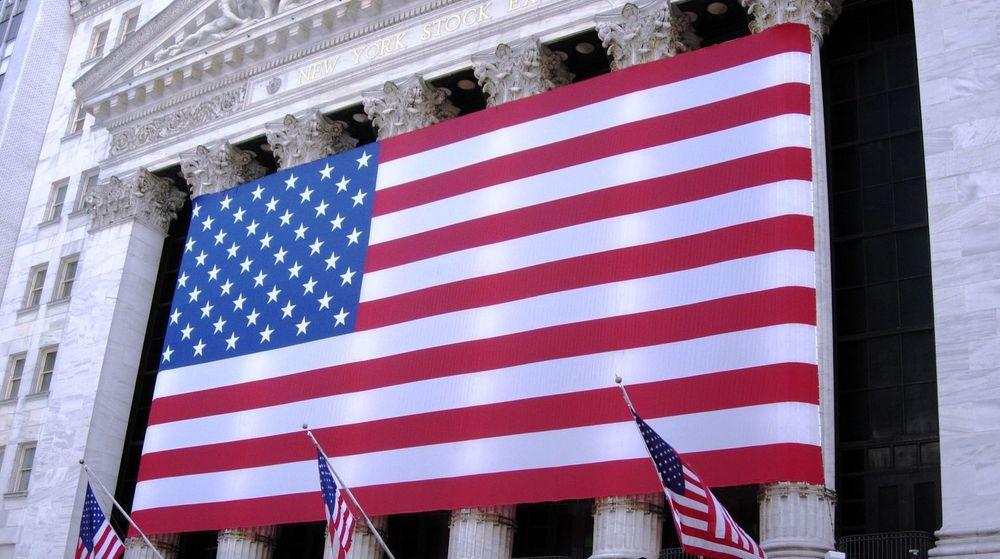 Får analytikerne rett vil det bli en massiv oppkjøpsbølge i IT-sektoren. De store amerikanske IT-selskapene vil bane vei, ettersom de bugner av kontanter og må ha vekst. Bildet er fra børsbygningen på Wall Street, New York.