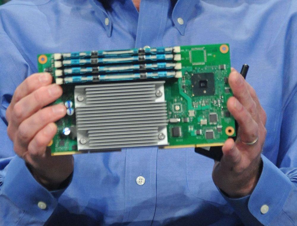 Sean Maloney i Intel viser fram en  mikroserver-prototyp under IDF i september.