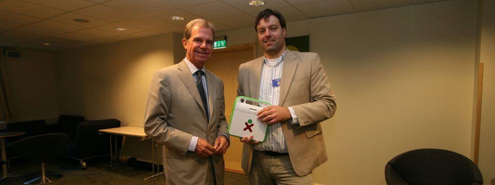 Undertegnede hadde med egen OLPC-maskin til intervjuet med Nicholas Negroponte, og fikk derfor mulighet til å diskutere prosjektet og maskinen litt mer i detalj.