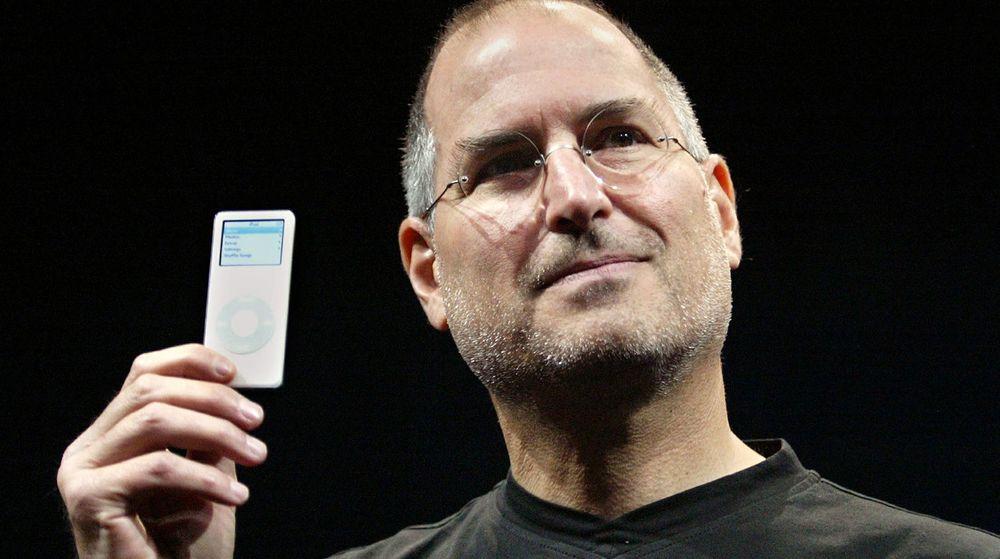 Vil Apple fortsette suksessen i 2012? Det spørsmålet stiller nå analytikere seg etter at Steve Jobs gikk bort oktober 2011. På bildet viser Jobs frem iPod Nano på en presentasjon i 2005.