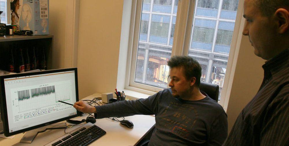 IT-direktør Kent Vilhelmsen i Aller Internett (til v.) viser driftsansvarlig Johan Grasmo en drastisk nedgang i responstid etter overgang til ny cacheløsning.