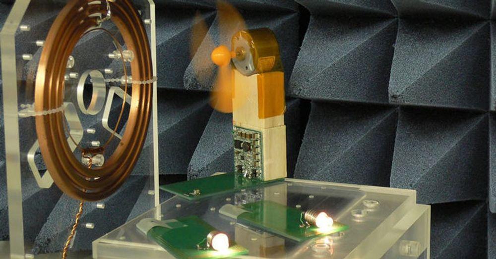 Trådløs overføring av strøm med magnetisk resonans. Ifølge Fujitsu dukker teknologien opp på massemarkedet i 2012.