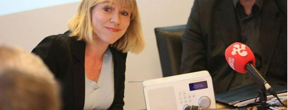 Kulturminister Anniken Huitfeldt under pressekonferansen fredag. Hun stiller klare krav om hva som skal til før FM-slukking blir mulig. Disse skal oppfylles i løpet av seks år.