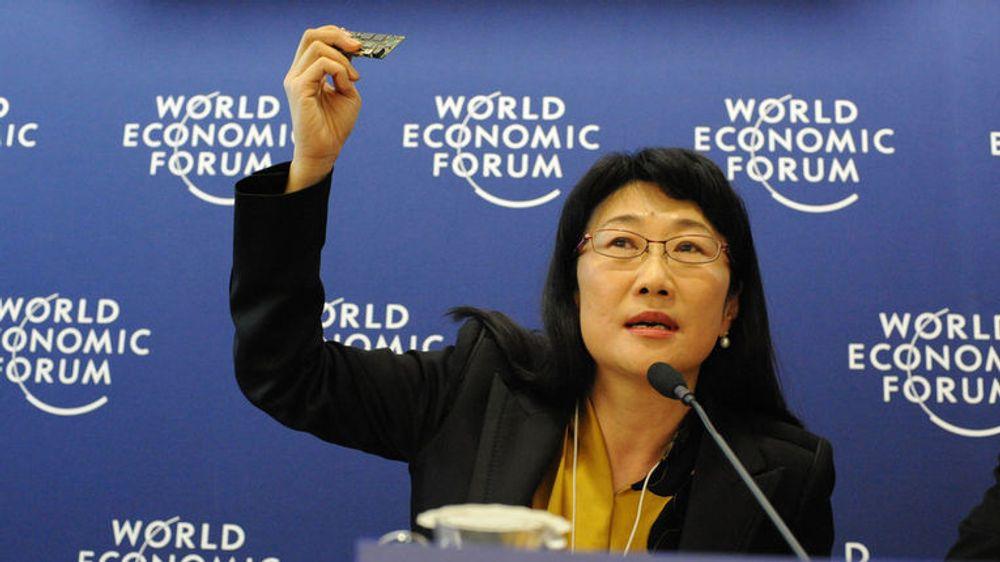 Cher Wang er styreformann i både Via Technologies og HTC. Her viser hun et nytt mobilt hovedkort, på samlingen av verdens mektigste, World Economic Forum i Davos i Sveits.