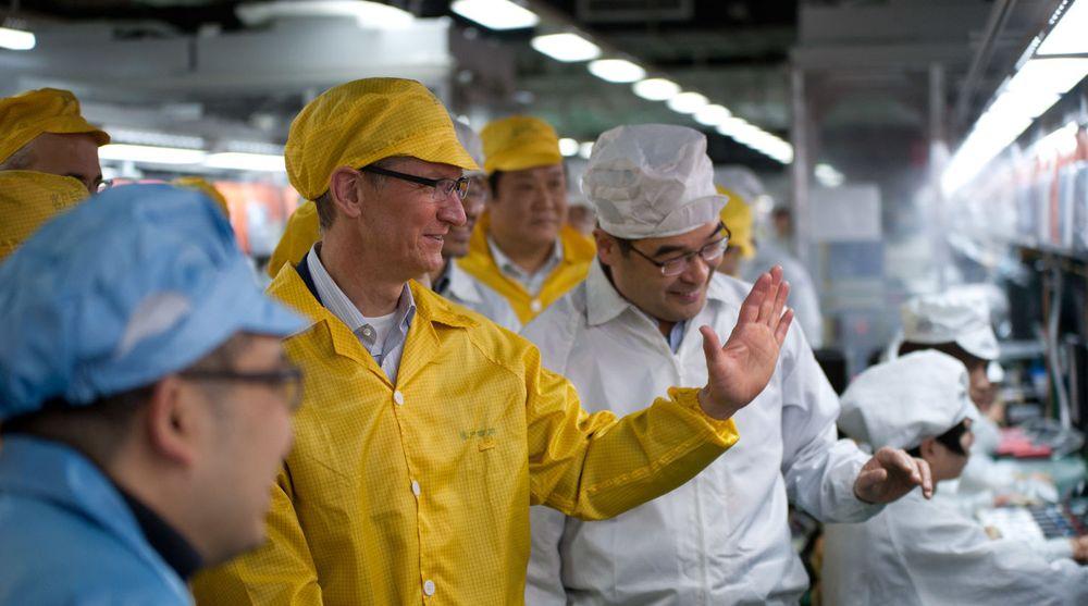 Tim Cook besøker en av de kinesiske fabrikkene som monterer Apples produkter. Her kommer de ansatte til å ha mindre med Samsung-produserte komponenter fremover, skal vi tro Reuters.