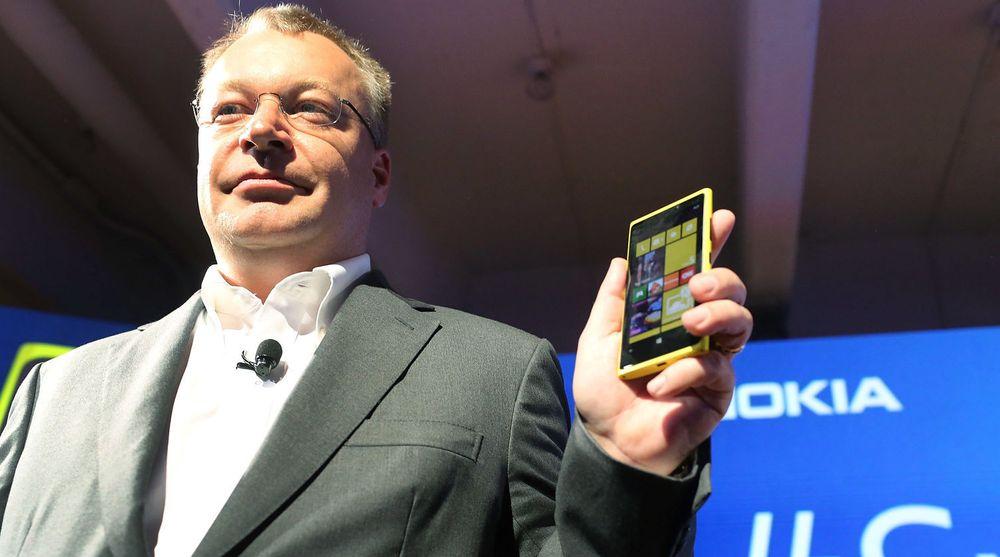 Stephen Elop, Nokias konsernsjef, viser stolt frem selskapets nye flaggskip. Nokia har satset tungt på kameraet i telefonen og håper det vil fenge kundene.