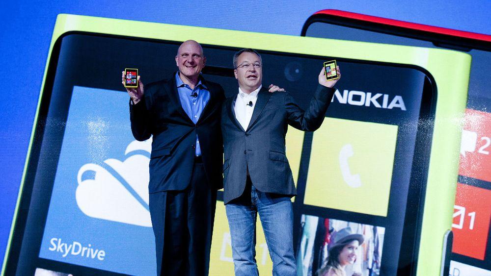 Microsoft-sjef Steve Ballmer og Nokia-topp Steven Elop viste frem Nokias nye flaggskip på et arrangement i New York onsdag. Men markedet lot seg ikke overbevise.