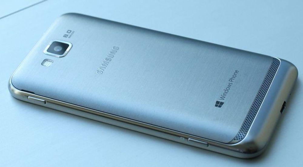 Samsung ATiV S har et deksel laget av børstet aluminium.