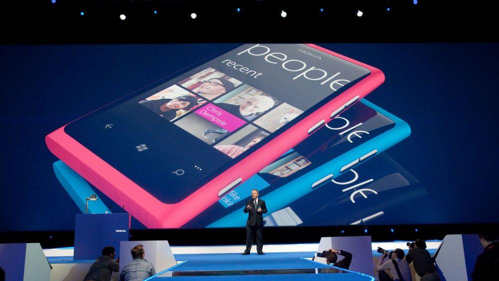 Nokias toppsjef, Stephen Elop, må innse at selskapet han leder ikke lengre er verdens største leverandør av mobiltelefoner. Salget har sviktet kraftig og de er for første gang siden 1998 henstilt til en andreplass i markedet.