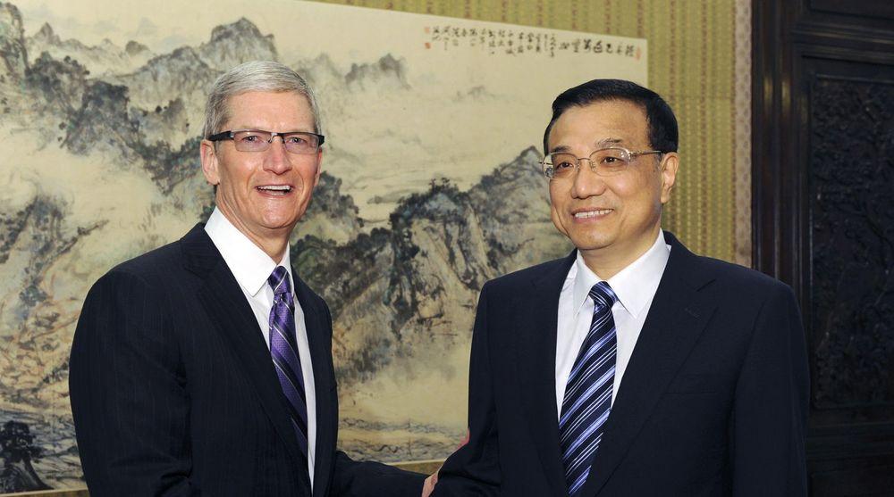 Apples toppsjef Tim Cook knuste forventningene til analytikerne som følge av meget godt salg i Kina. Her møter Cook den kinesiske visestatsministeren Li Keqiang under et besøk tidligere denne måneden.