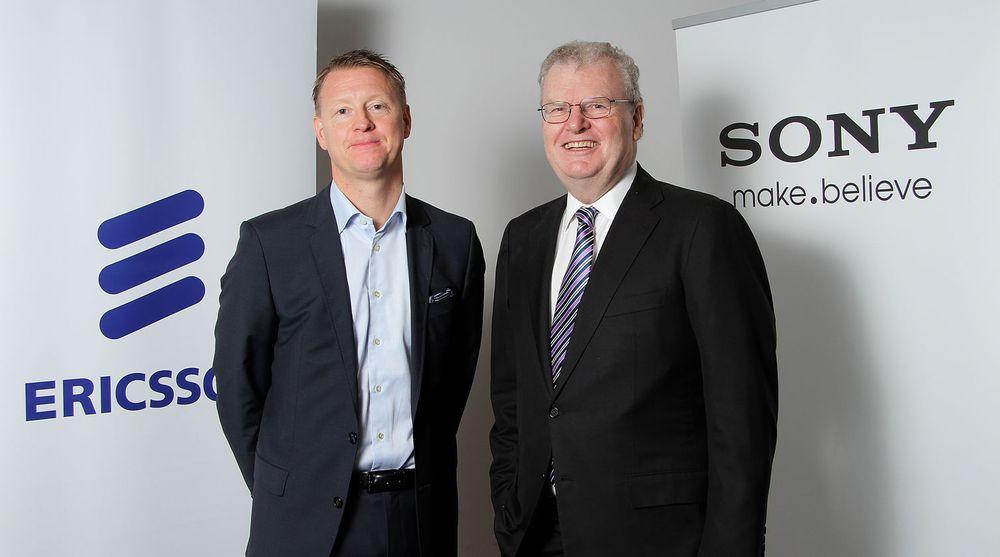 Takket være gevinsten på salget av mobildivisjonen til tidligere partner ble resultatet for Ericsson kraftig forbedret selv om salgsinntektene fra blant annet basestasjoner falt tilbake. På bildet poserer Ericsson-sjef Hans Vestberg sammen med tidligere Sony-topp Sir Howard Stringer.