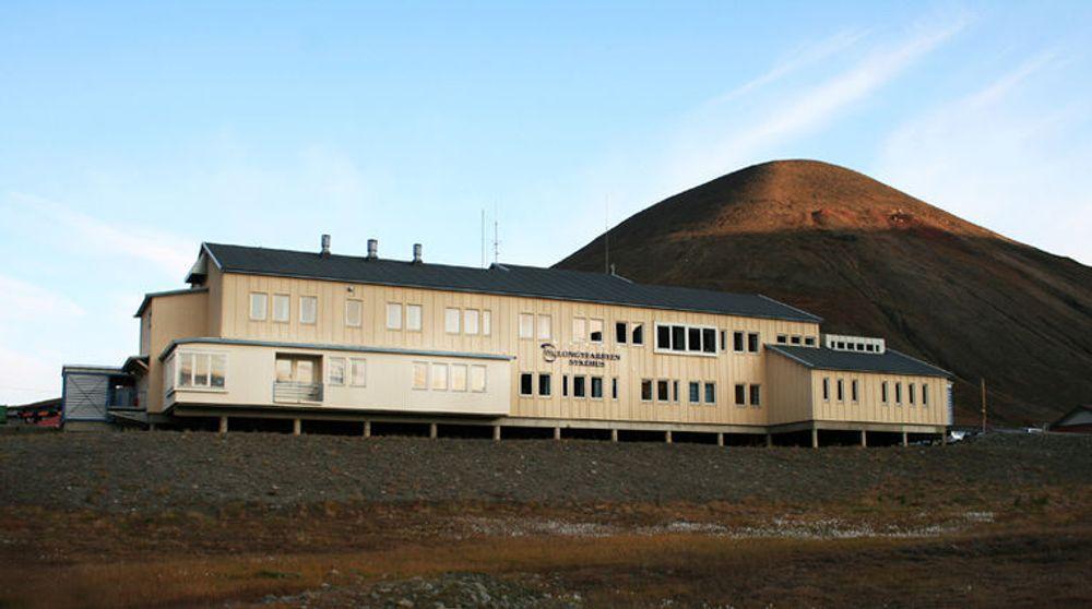 Helse Nord regner med store besparelser når de ansatte ved sykehuset i Longyearbyen kan ringe uten tellerskritt til kolleger i resten av Universitetssykehuset Nord-Norge.