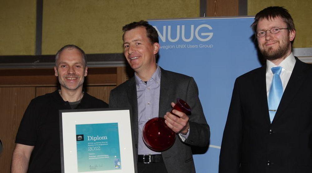 Prisen for fremme av fri programvare 2012 ble delt ut av Perl-stjernen Damian Conway (t.v.) til FAD, representert av lederen for digitaliseringsprogrammet i departementet, Lars Bjørgan Schrøder(midten). Til høyre står NUUGs leder, Petter Reinholdtsen.