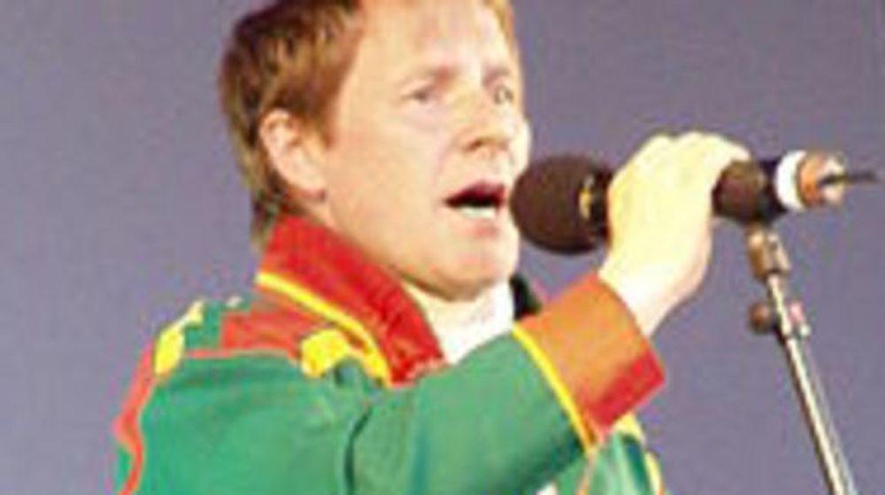 Den samiske juristen, joikeren og førsteamanuensis Ande Somby vil bekjempe samehets på nettet.