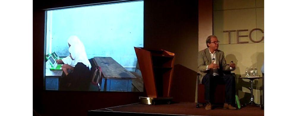Under debatten på Techonomy, viste OLPC-initiativtaker Nicholas Negroponte (til høyre) bilder fra stiftelsens prosjekter i Afghanistan.