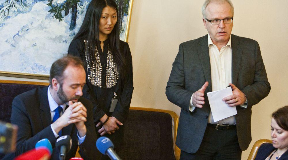 Næringminister Trond Giske (tv) måtte stå skolerett for å forklare kollapsen i Altinn. Bildet er fra pressekonferansen der informasjonssjef Anne Cecilie Lund og ekspedisjonssjef Morten Berg  (t.h) også stilte opp. Sistnevte har vært dypt involvert med Altinn-problemene det siste døgnet.