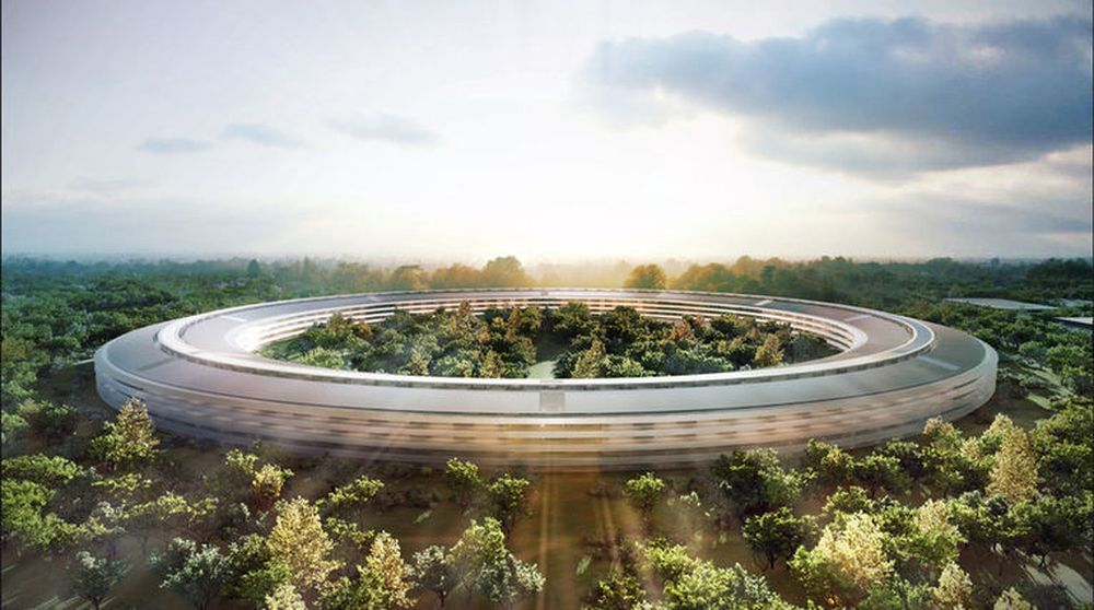 Apple har mer enn nok kontanter, selv etter å ha bygget sitt nye hovedkvarter (bilde) i California. Etter massivt press fra selskapets aksjonærer har nå toppsjef Tim Cook startet et utbytte- og tilbakekjøpsprogram. De neste tre årene skal selskapet betale ut 45 milliarder dollar.