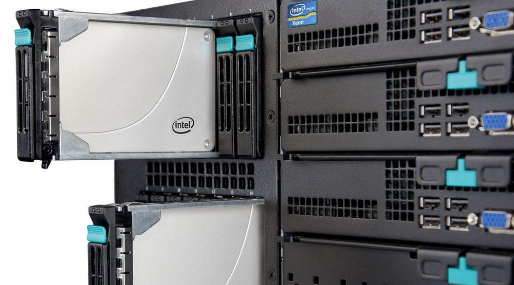 Intel SSD 710-enheter installert i rack.