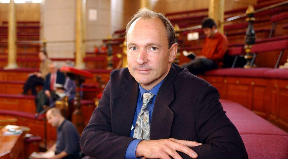 Sir Tim Berners-Lee, som besøker Oslo neste uke, går kraftig til rette mot plateselskapens ønske om å innføre lovgivning som vil strupe nettet.
