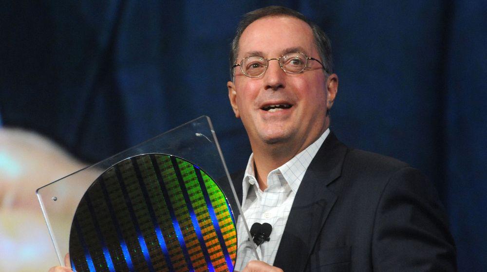 Intels toppsjef, Paul Otellini, poserer med den nye 22 nanometersteknologien til selskapet. Den skal sørge for ny vekst mot slutten av året. Markedet ble tirsdag kveld skuffet over Intel resultater for første kvartal.