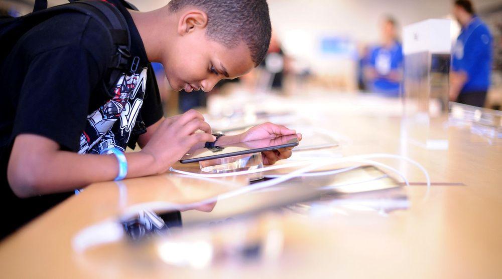 Nettbrett kan ha stor betydning for læringen til små barn - ikke bare i Norge. På bildet forsøker en ung gutt seg på en iPad i en Apple-butikk. Men det er ikke bare i velstående samfunn nettbrett har sin misjon.