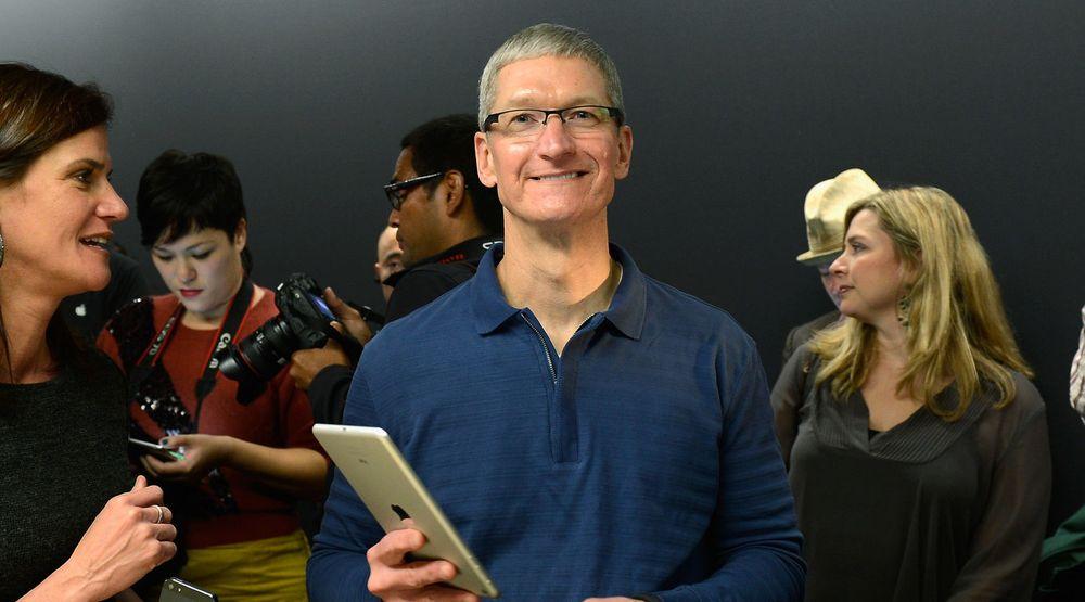 Tim Cook poserer for fotografene med den nye iPad Mini etter lanseringen i slutten av oktober. Tre dager etter at den ble tilgjengelig for salg er den nå utsolgt.