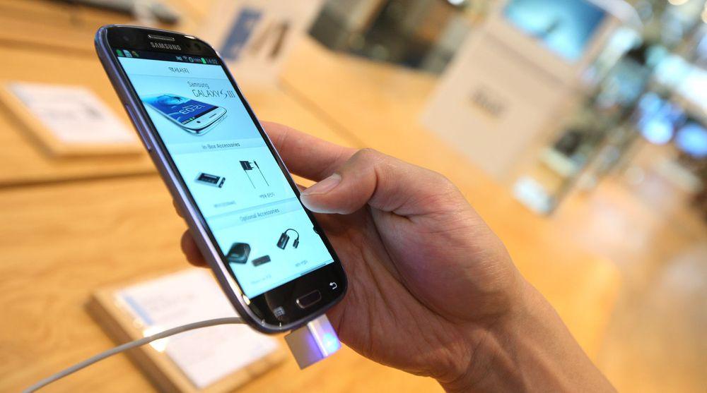 Apple mener Samsungs telefoner ikke bare er en ren kopi av deres iPhone. Nå krever de 2,5 milliarder dollar i erstatning og salgsforbud i USA. Samsung mener Apple ikke kan hevde monopol på et rektangel. De to selskapene prosederer saken for en jury i San Jose, California. Rettsaken er ventet å strekke seg ut hele august.På bildet er Samsungs nye storselger, Galaxy S III.
