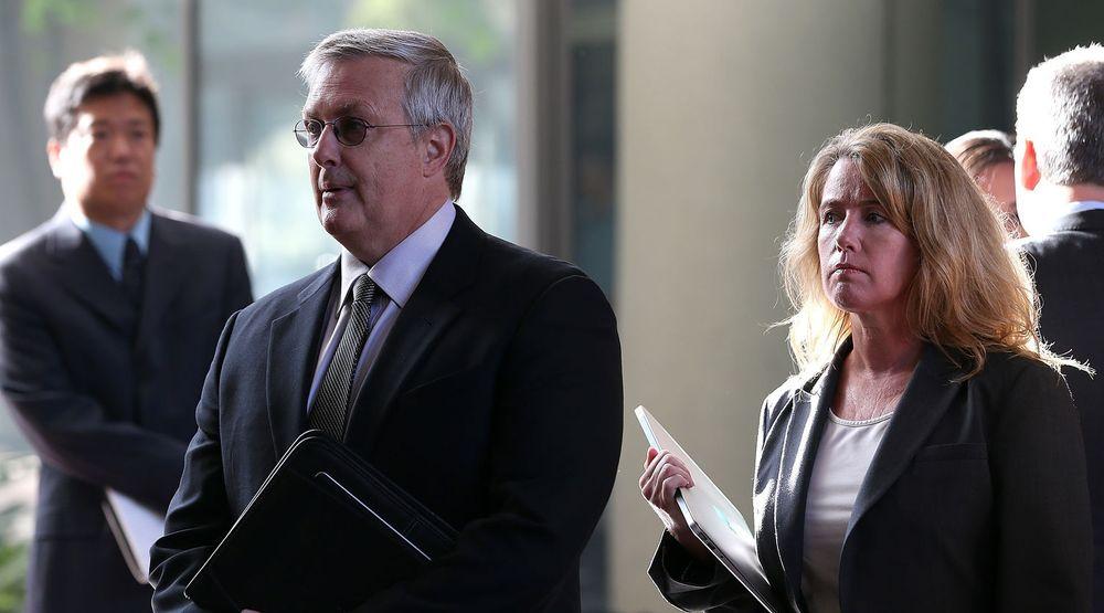 Apples advokat Bruce Sewell på vei inn i rettslokalet i San Jose mandag. Tirsdag skal han begynne på sitt innledningsforedrag i den viktige rettsaken mot Samsung.